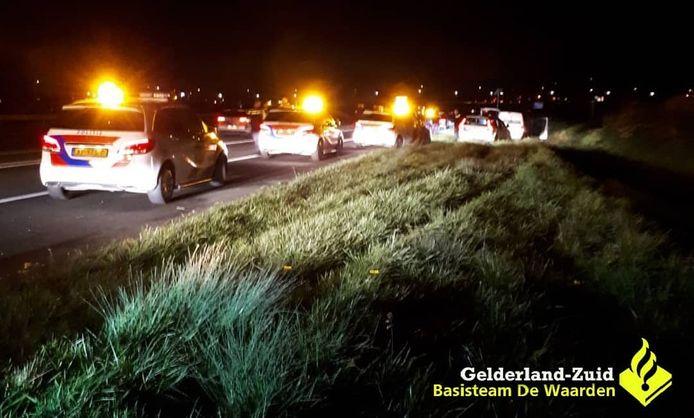 Meerdere politieauto's van de Landelijke Eenheid hebben in de nacht van vrijdag op zaterdag een auto klemgereden na een achtervolging.