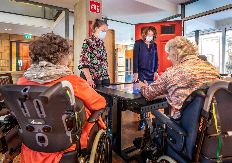 In Woonzorgcentrum Velserduin in IJmuiden, onderdeel van Zorgbalans, heeft iedereen de prikken gehad. Maar de omgangsregels zijn nog niet versoepeld. Beeld Raymond Rutting/VK