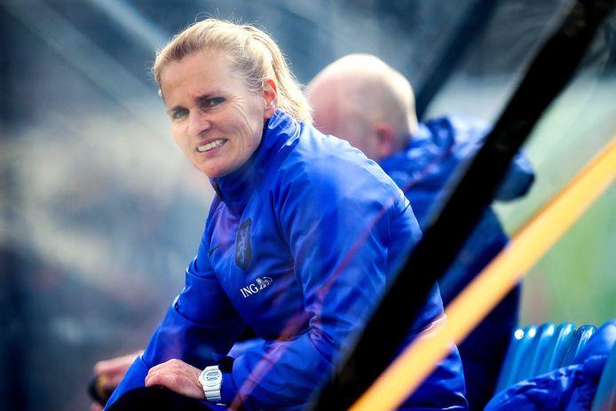 Sarina Wiegman tijdens een training ter voorbereiding op de vriendschappelijke wedstrijd tegen Australië.
