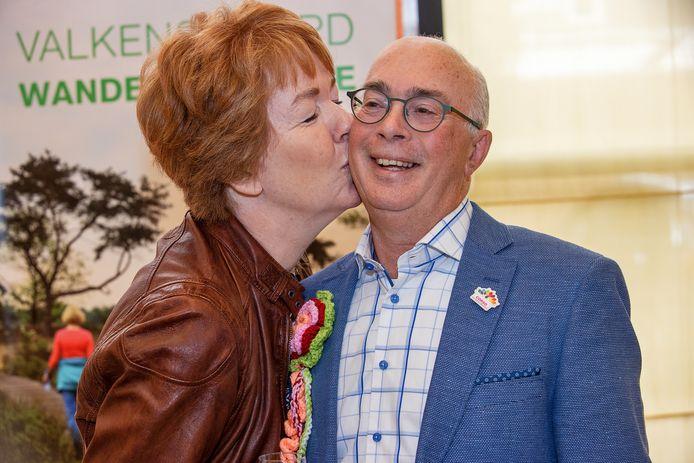 Frank Maas krijgt in het gemeentehuis van Valkenswaard een zoen van zijn vrouw Erica, nadat hij zojuist tot ereburger is benoemd.