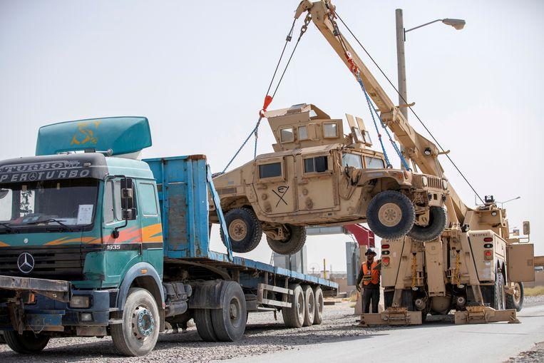 Amerikaanse legermaterieel wordt in Kandahar klaargemaakt voor transport terug naar de VS. President Biden wil zijn troepen nog voor september terugtrekken uit Afghanistan. Beeld Reuters