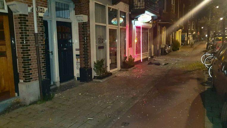 Explosie bij coffeeshop Admiraal de Ruijterweg. In de omgeving zijn veel ruiten gesneuveld. Beeld Robert Schukinck Kool