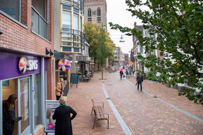 Nieuwe aanplant van bomen in de Grotestraat om het centrum van Ede aantrekkelijker te maken.