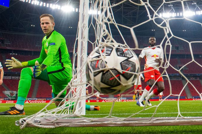 De Hongaarse doelman Peter Gulacsi van RB Leipzig weet het. Liverpool heeft gescoord in Boedapest.