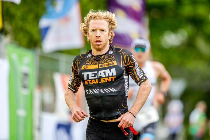 Diederik Scheltinga, hier tijdens het NK triatlon 2017 in Nieuwkoop, won de crosstriatlon in Renkum overtuigend.