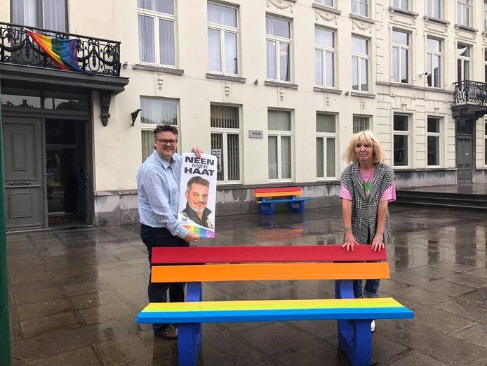 Schepen Sonny Ghesquière en Véronique Verhelst aan een regenboogbank