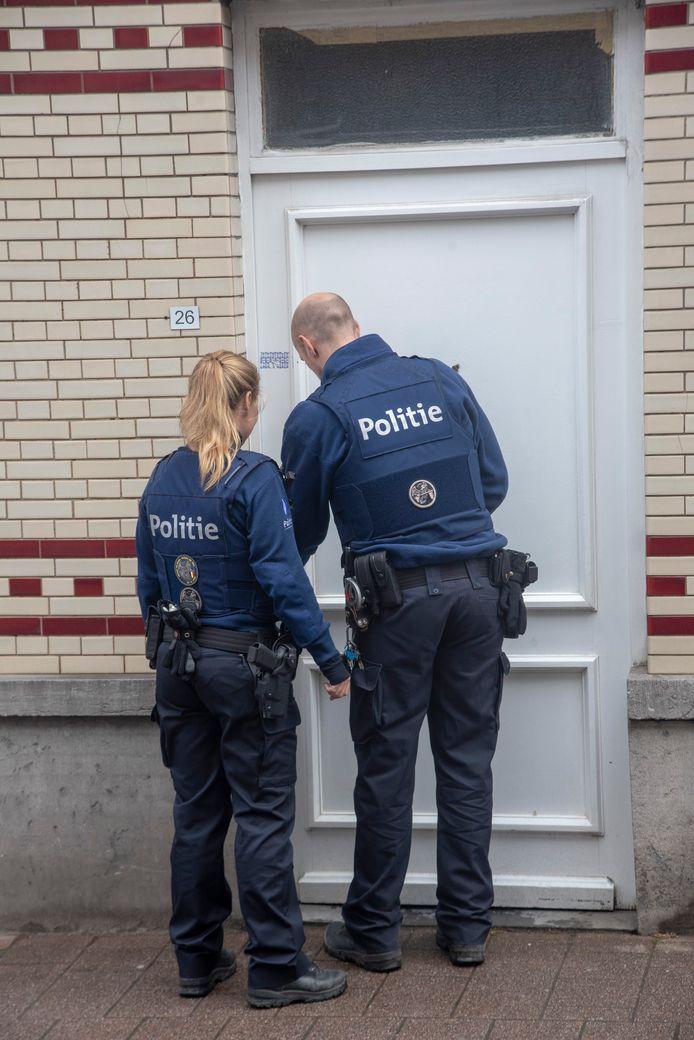 Het gerechtelijk labo voert onderzoek uit in een woning aan de Van Cromphoutstraat in Wetteren. De woning werd zaterdag reeds verzegeld.