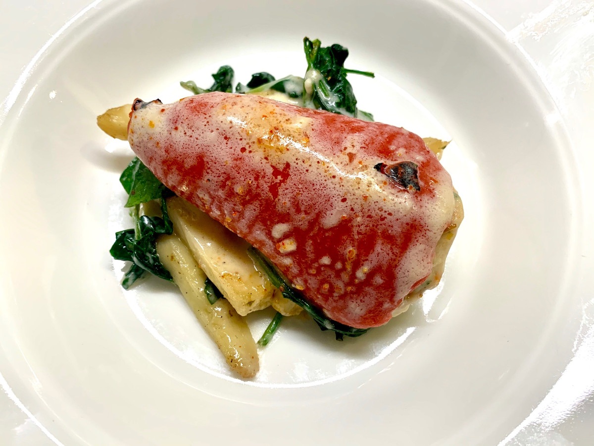 Piquillo Relleno: zoete peper met bechamelsaus, pastinaak en spinazie.