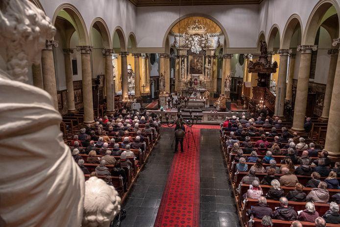 Ook kerkdiensten zijn verboden voor meer dan 100 personen. Overigens is de Beekse Sint-Bartholomaeuskerk niet meer in gebruik als kerk. De foto is gemaakt tijdens de laatste mis.