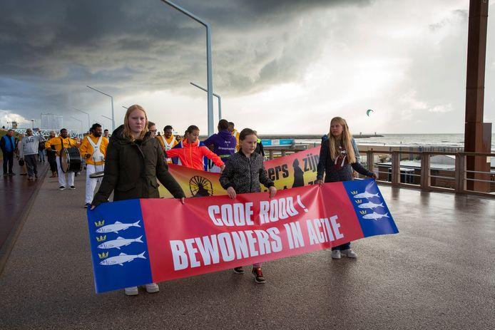 DEN HAAG - Bewoners protesteren tegen de overlast op Scheveningen. De demonstratie begon bij de rotonde op de Strandweg/Vissershavenweg en ging over de boulevard naar de Pier. FOTO EN COPYRIGHT HENRIETTE GUEST