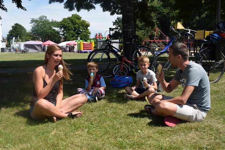 Klaas Ballegeer en Sabine De Jaeger en hun zoontjes Cedric (7) en Victor (3), terwijl ze een ijsje zitten te likken in het park van Maldegem.