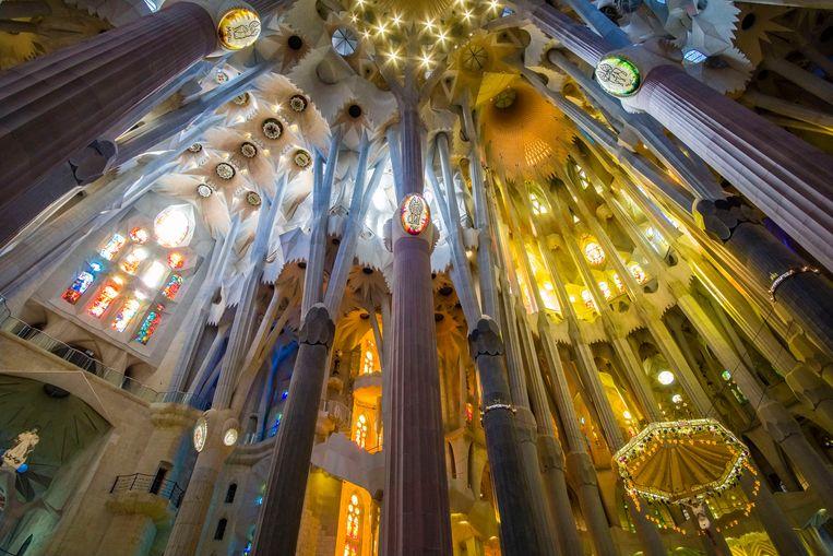 Zicht op het verbluffende lichtspel door de glas-in-lood-ramen. Beeld LightRocket via Getty Images