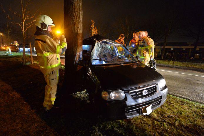 De auto raakte een boom langs de Matenpoort in Apeldoorn zo hard dat deze total loss raakte. De bestuurder kwam er goed vanaf.