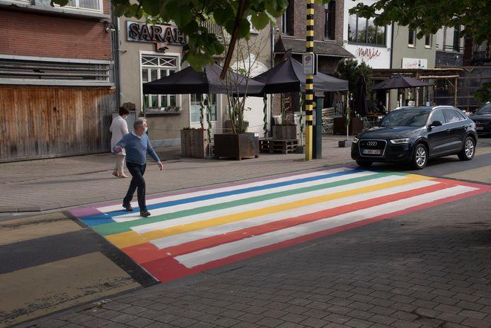Regenboogzebrapad op het Stationsplein in Wetteren.