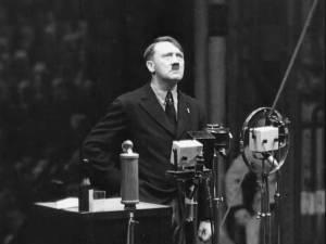 Des lettres du père d'Adolf Hitler découvertes dans un grenier révèlent sa grande influence sur son fils