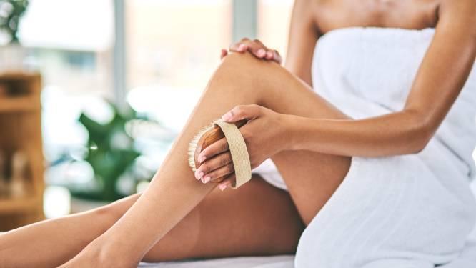 'Drybrushing': de oplossing voor cellulitis, ingegroeide haartjes en een zachtere huid? Zo doe je het