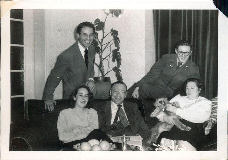 Maurice Schellekes (links), Florence (voor hem), de ouders en een neef van Florence.  Beeld Privéarchief