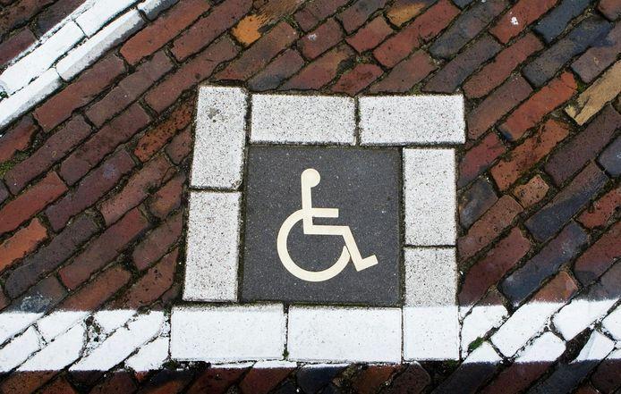 Een man in een invalidenwagen is zwaargewond aangetroffen op de Noordzeedijk in het Brabantse Stampersgat.