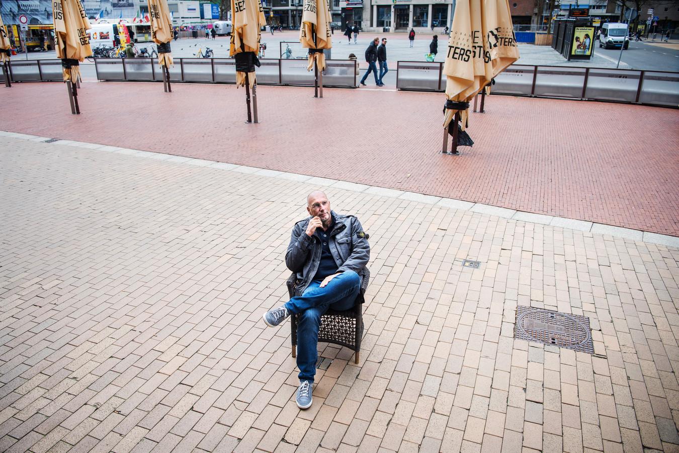 Horeceondernemer Laurens Meyer op het lege terras van De Drie Gezusters in Groningen.