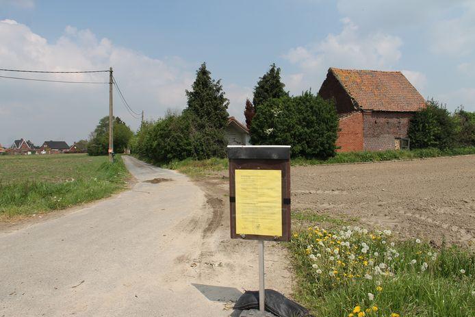 De ingang van de oude hoeve in de Hoogleenstraat in Oostrozebeke.