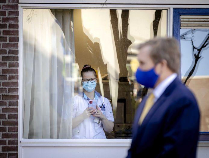 Un empleado del hospital supervisa la llegada del rey Willem Alexander.