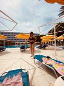 Amy Smulders bij het zwembad van hotel Mitsis.