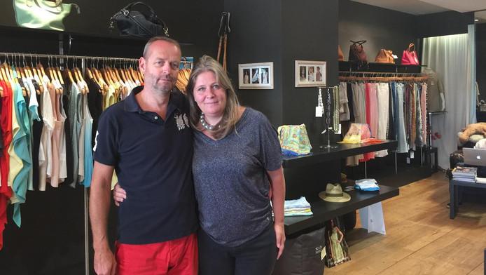 Pieter (links) en Els de Mik in hun kleidingwinkel in Nice.