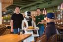 Bij Dadawan rijden robots in de bediening mee, op links: eigenaar Danny Deng.