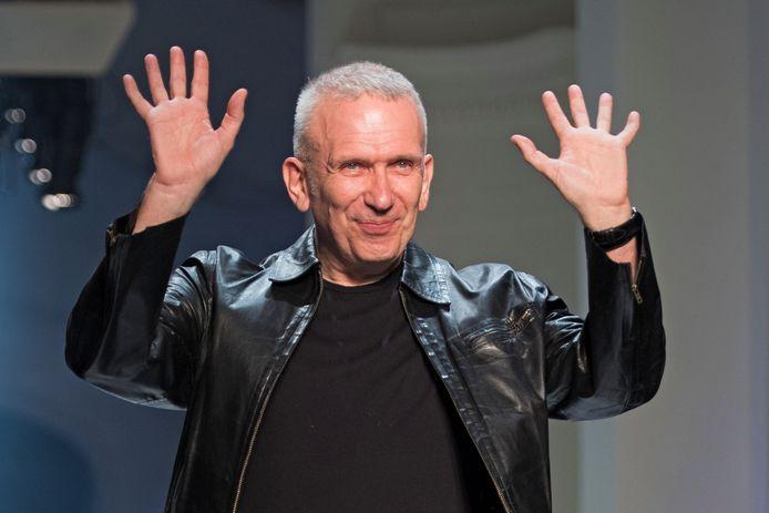 French designer Jean-Paul Gaultier op de catwalk.