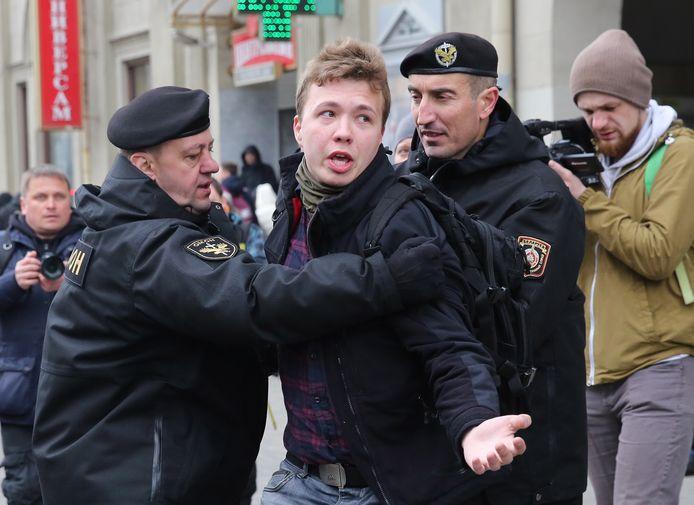 Roman Protasevitsj  (midden), op 26 maart 2017 toen hij als journalist een demonstratie in Minsk wilde verslaan.