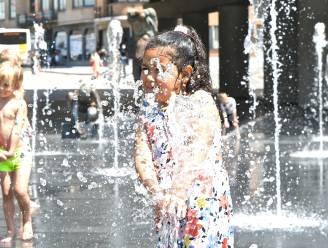 Kinderen zoeken verkoeling in fonteintjes op Stationsplein