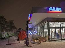 Luifel van supermarkt Ede dreigt het te begeven door sneeuw