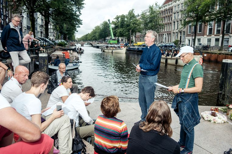 Bij de Westerkerk onthaalt predikant Herman Koetsveld de pelgrims. Beeld Jakob van Vliet