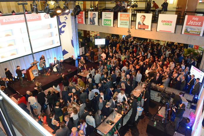 Drukte in Provinciehuis Den Haag bij uitslag Provinciale Statenverkiezingen, 20-03-2019