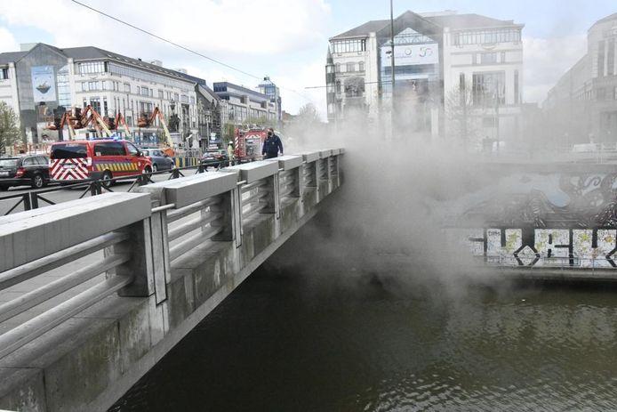 Rond 15.30 uur was het vuur onder controle en konden de verkeersopstoppingen in de omliggende straten stilaan weggewerkt worden.