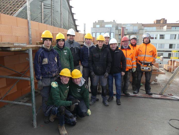 De leerlingen van VTI Deinze en de mannen van Bouwonderneming Vandenbussche.