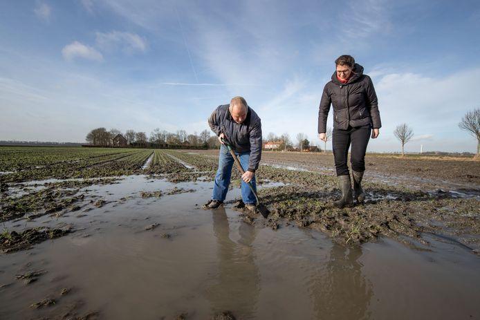 Akkerbouwer Adriaan Vos laat aan Margreet Vermeer van Waterschap Zuiderzeeland zijn door bodemdaling vernatte land zien, februari 2018.