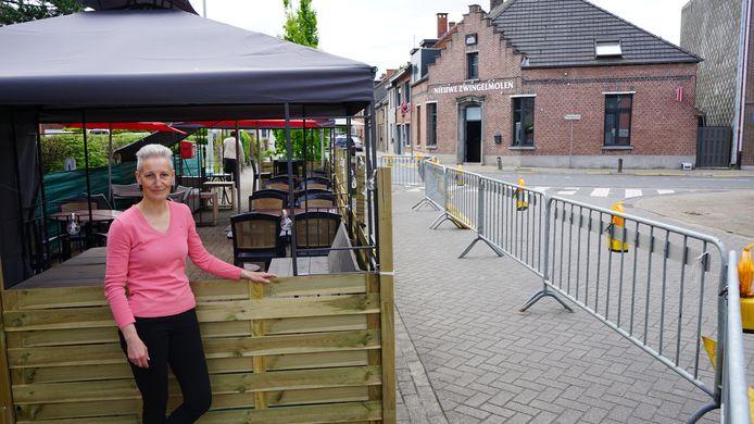 Birgitte Vergauwen is blij dat ook zij een terras mag openen, al is het aan de overkant van de straat.