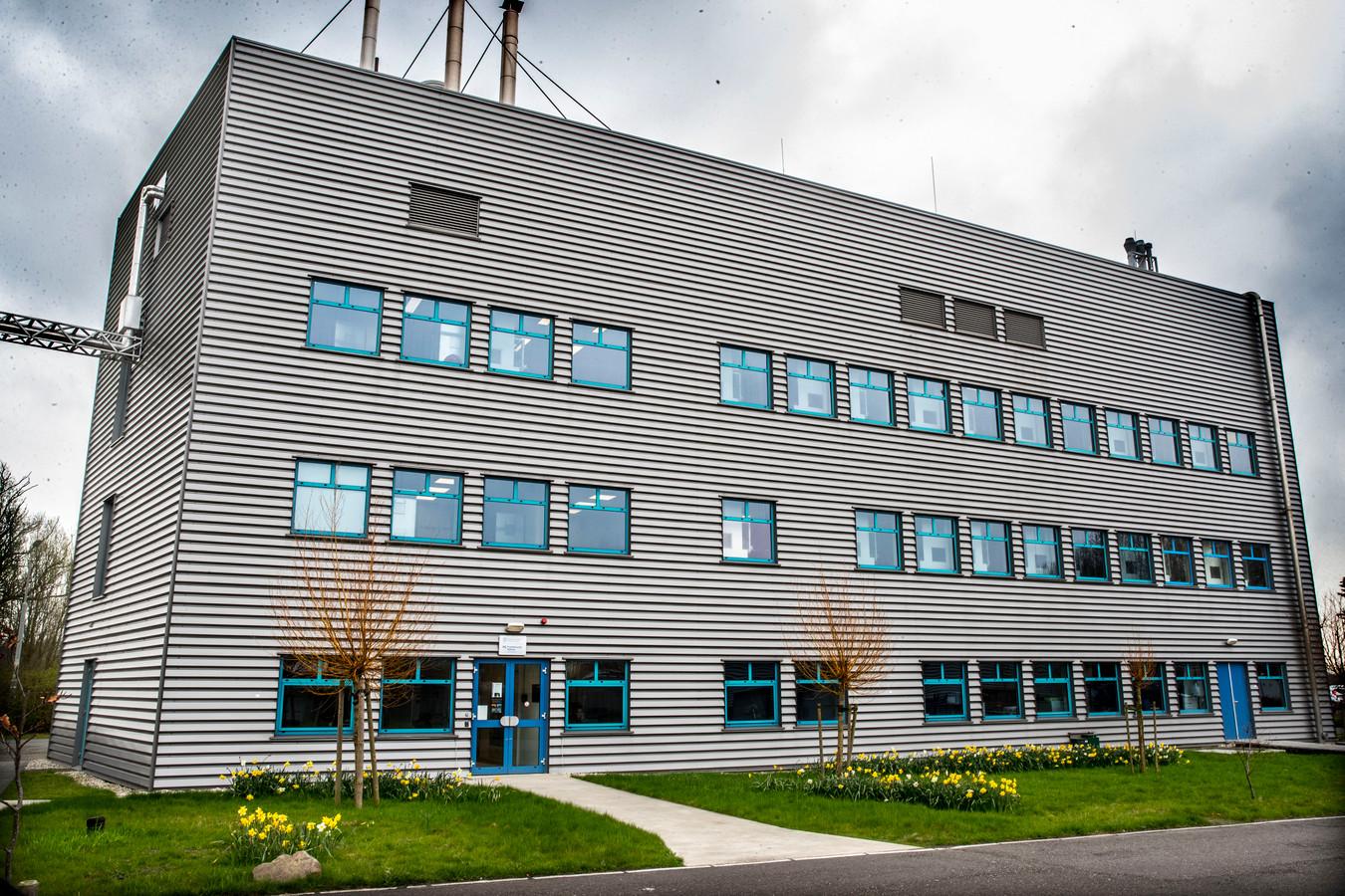 In dit gebouw worden de experimenten met de apen in Rijswijk uitgevoerd. Het BPRC-complex is ontoegankelijk voor onbevoegden. Sommige apen zitten een jaar lang in een experiment en kunnen al die tijd niet naar buiten.