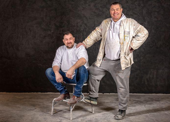 De stucadoor-broers Michel (staand) en Peet Traub bij het begin van de Energieacademie.
