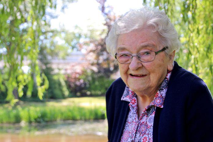 Gerda Holtkamp-Hoenink werd op 15 juni 1920 geboren in Lonneker. Gisteren werd ze 101 jaar. Dat vierde ze in Wiedenhof waar ze woont.