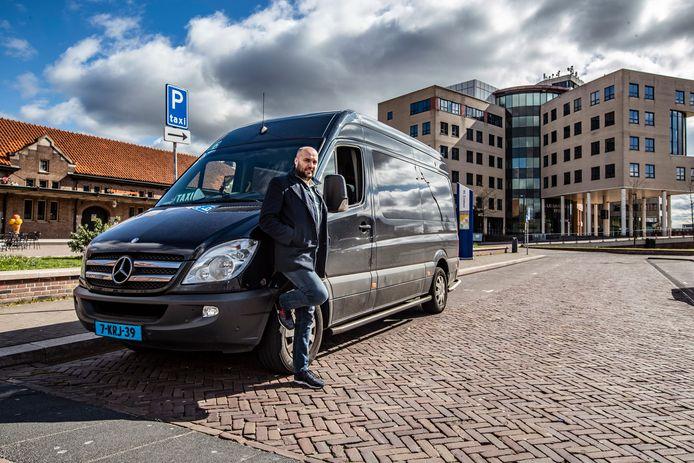 Taxichauffeurs, zoals Xander Caverlé in Deventer, hebben nauwelijk nog klanten. De taxistandplaats op station Deventer is zo goed als leeg.
