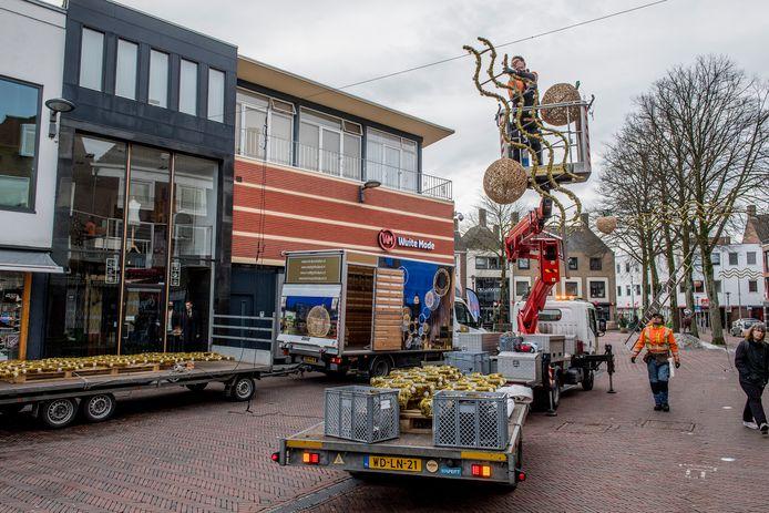 De feestverlichting in de Tielse binnenstad wordt weggehaald.