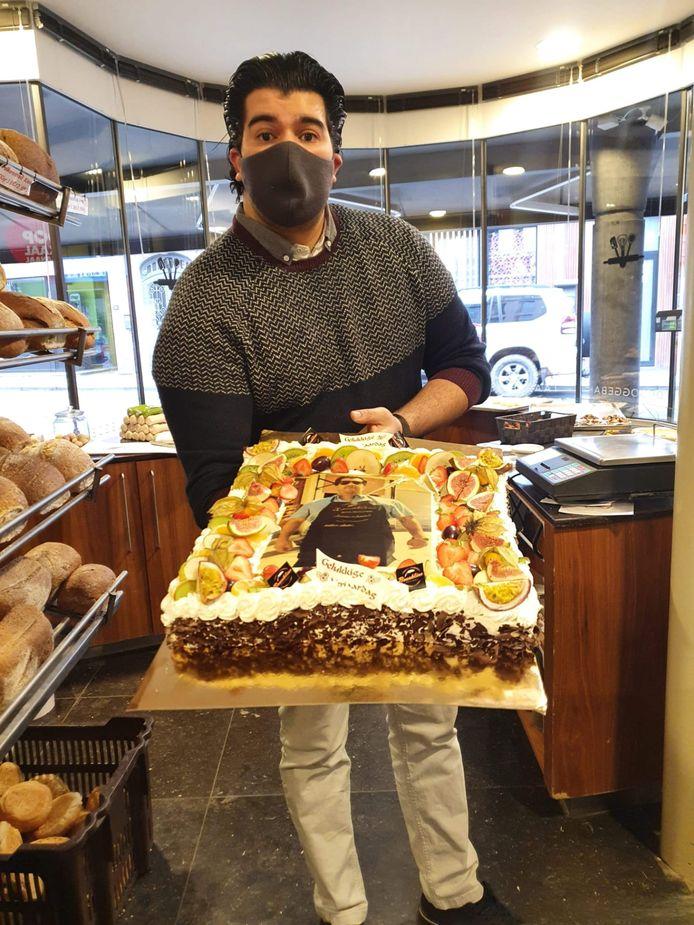 Bakker Abdel Bouakline trakteert op taart voor zijn 30ste verjaardag.