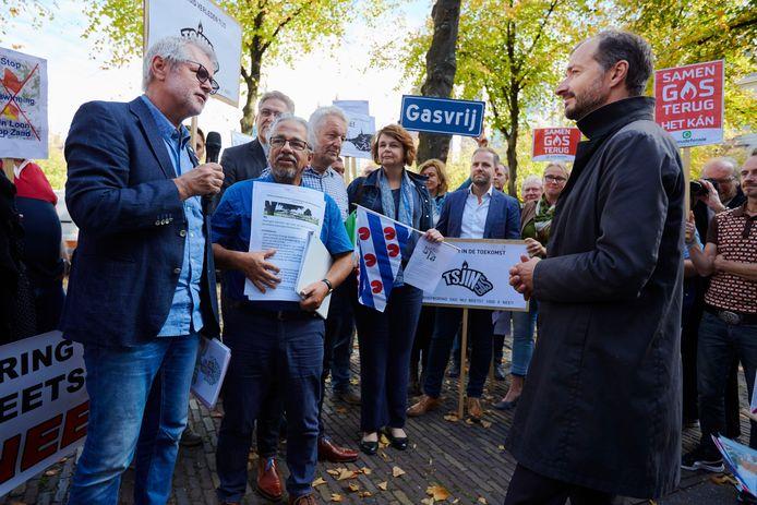 Omwonenden van kleine gasvelden uiten hun grieven bij minister Eric Wiebes (VVD, Economische Zaken en Klimaat).
