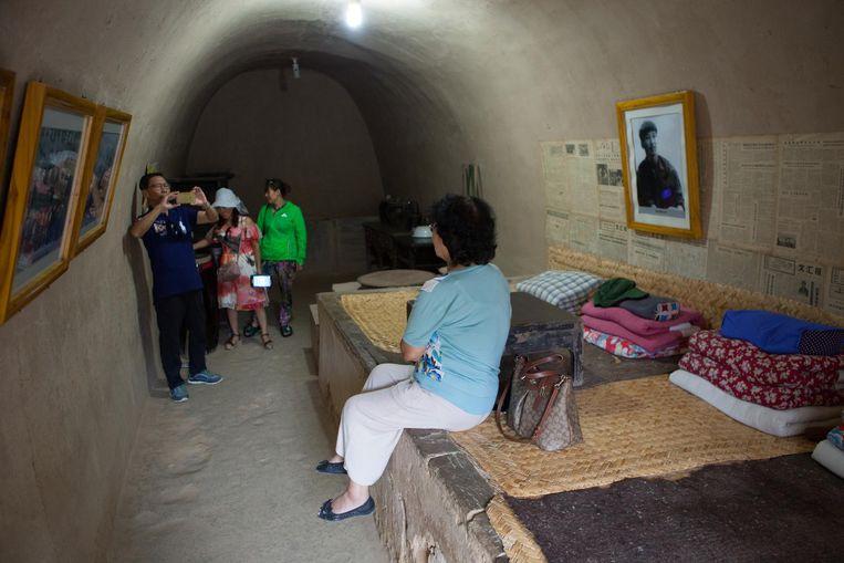 Bezoekers maken foto's van de grot waar China's nummer één zijn tienerjaren doorbracht. Beeld Foto Wassink Lundgren