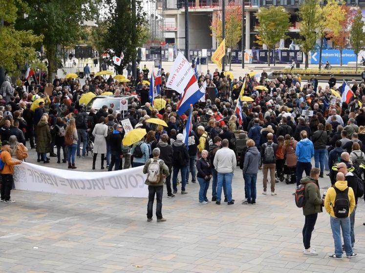 Demonstranten tegen coronamaatregelen trekken door Utrecht