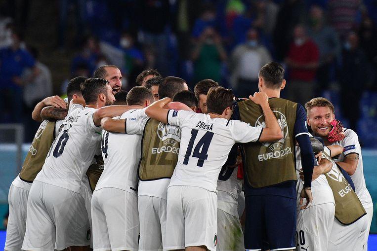 Italië viert de winst op Turkije (0-3).  Beeld AFP