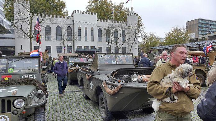 Voor de straatparade in het centrum van Tilburg verzamelden de deelnemers en hun voertuigen zich op het Willemsplein.