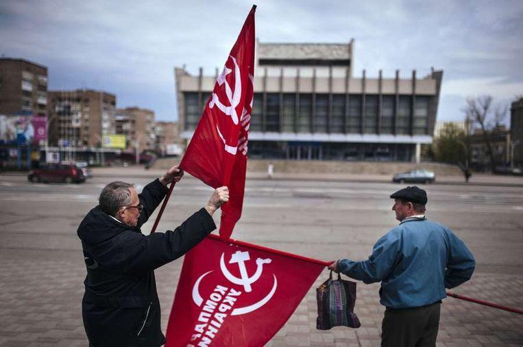 Aanhangers van de Oekraïense communistische partij bij een monument voor de vroegere Sovjetleider Lenin in Loegansk. Beeld afp